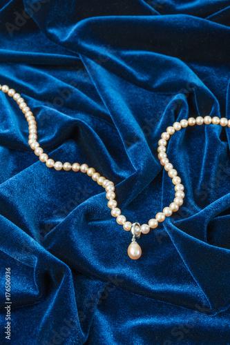 Zdjęcie XXL sznur pereł na niebieskim aksamicie