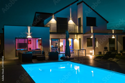 belle maison la nuit