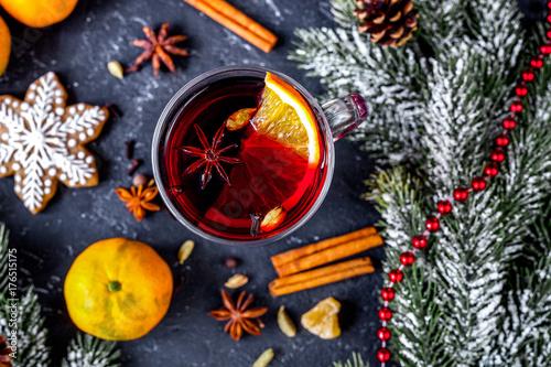 Zdjęcie XXL Boże Narodzenie grzane wino z przyprawami w filiżance na ciemnym tle