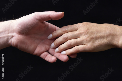 Plakat Męskie i żeńskie ręki wpólnie na czarnym tle