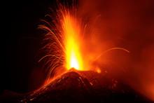 Eruzione Di Lava Con Esplosione Sul Cratere Del Vulcano Etna