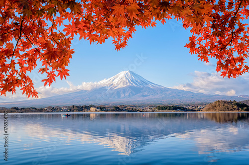 Valokuva Mt. Fuji viewed with maple tree in fall colors in japan.