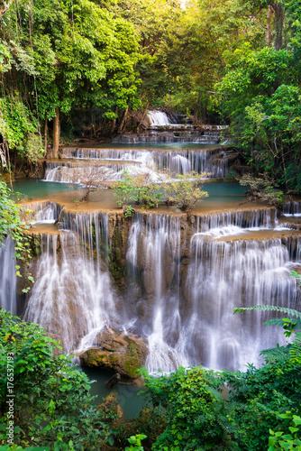 Plakat Wodospad w Tajlandii, o nazwie Huay lub Huai mae Khamin w Kanchanaburi Provience