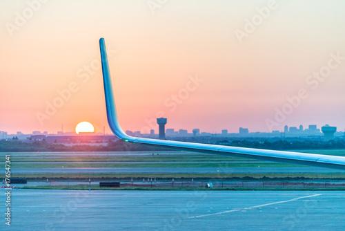 Plakat Samolot wiatr z wschodem słońca na tle