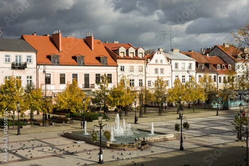 Fotografie, Tablou Stary Rynek w Płocku - kamienice i fontanna Afrodyta