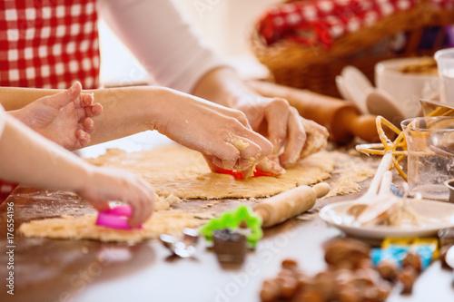 Plakat Szczęśliwa rodzina w kuchni. Matka i córka jedzenie ciasta.