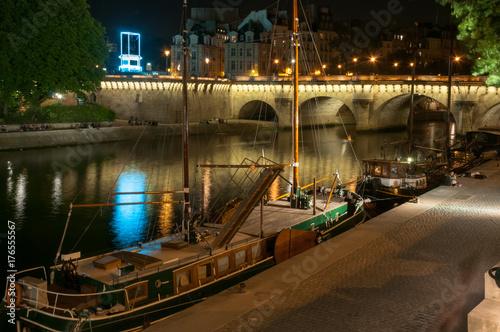 Obraz na dibondzie (fotoboard) Domek nad Sekwaną nocą. Paris .France