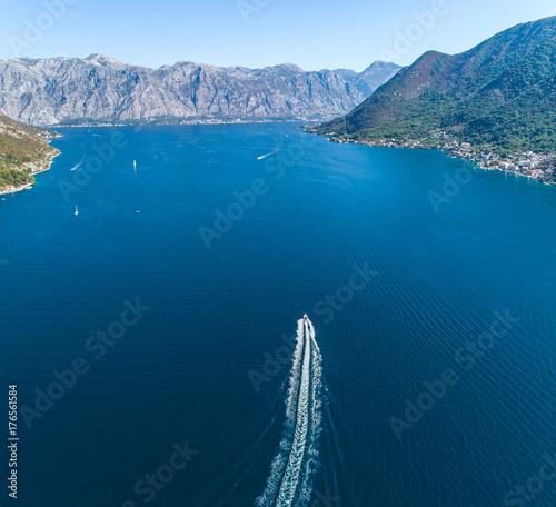 Plakat Widok z lotu ptaka łódź opuszcza ślad na wodzie
