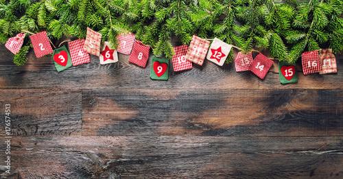 Zdjęcie XXL Kalendarz adwentowy prezenty świąteczne drewniane tła