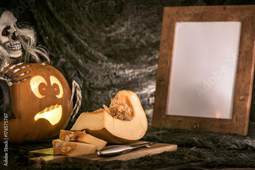 halloween-wydrazona-dynia-patrzaca-na-krojenie-innej-dyni