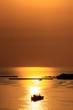 夕陽と海と船