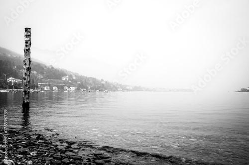 Fotografie, Obraz  lago con nebbia
