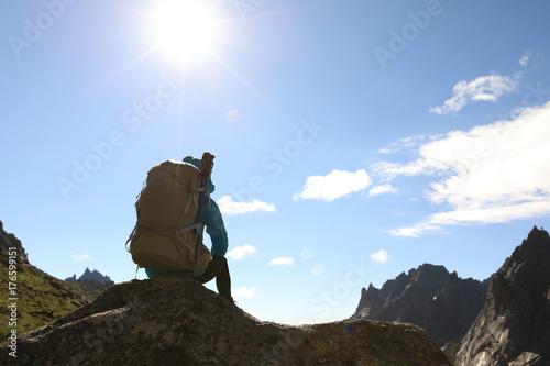 Plakat udane wycieczkowicz kobieta cieszyć się widokiem na szczycie góry rock
