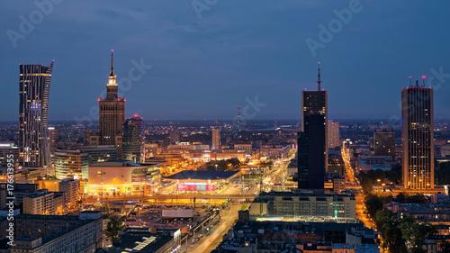 Plakat Widok z lotu ptaka centrum Warszawy w nocy