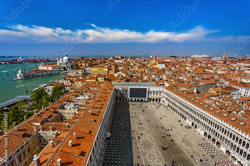 Plakat Włochy. Pejzaż Wenecji od Campanile di San Marco - fragment Placu Św. Marka i Bazyliki Salute po lewej stronie. Wenecja i jej laguna znajdują się na Liście Światowego Dziedzictwa UNESCO