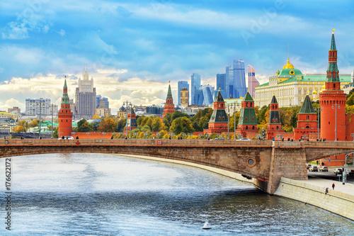 Plakat Świątynia Sprawiedliwego Anny Poczęcie i Kotelnicheskaya Nasyp Budynek w Moskwie, Rosja.