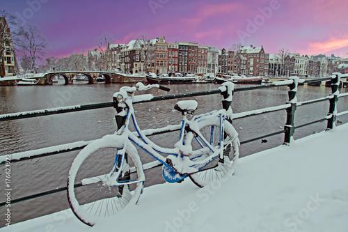 Plakat Rower w Amsterdamie Holandia pokryte śniegiem