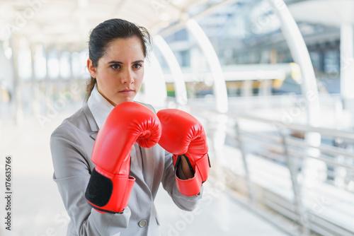 Plakat Bizneswoman jest ubranym bokserskie rękawiczki. koncepcja walki i biznesu energetycznego.