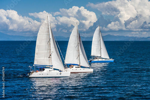 Obrazy Regaty   three-sailboats-racing