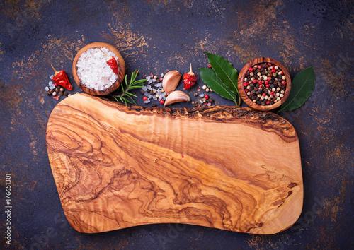 Plakat Deska do krojenia z ziołami i przyprawami.