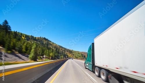 Plakat duża ciężarówka towarowa na autostradzie
