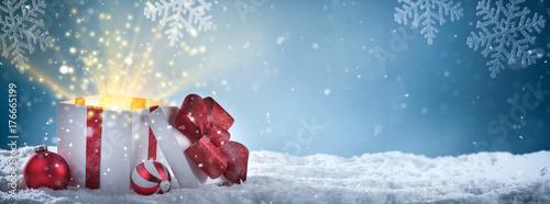 Photo  Christmas gift box on snow