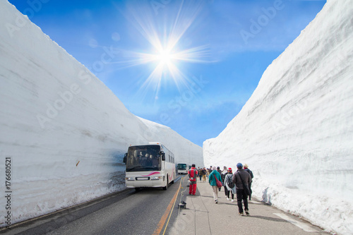 Fotografia  The snow mountains wall of Tateyama Kurobe alpine  with blue sky  background is  one of the most important and popular natural place in Toyama Prefecture, Japan