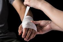 包帯を巻く看護師、腕、手