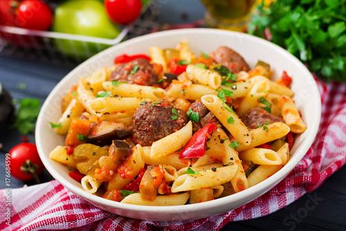 Plakat Makaron penne z klopsikami w sosie pomidorowym i warzywami w misce