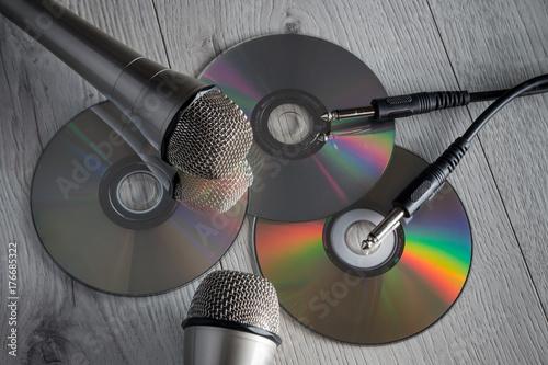 plyty-oraz-mikrofony-do-karaoke-na-deskach