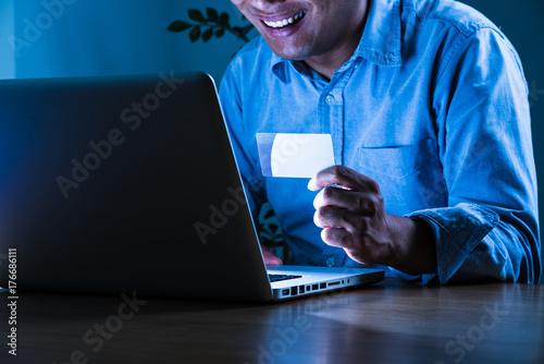 Valokuva 笑う男、個人情報流出、悪意、クラッキング、ハッキング、ウィルス
