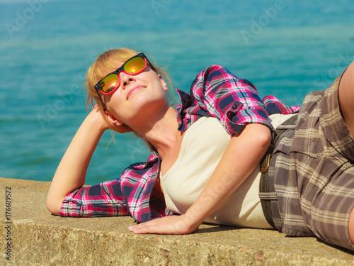 Plakat turysta kobieta relaks na wybrzeżu Morza