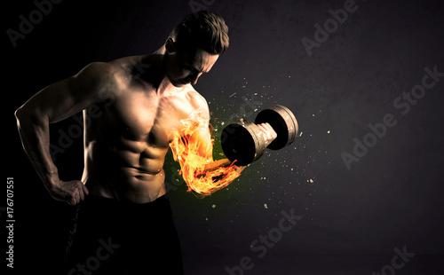 Plakat Kulturysta sportowiec podnoszenie ciężarów z ogniem wybucha koncepcja ramię