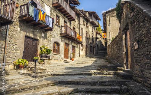 Zdjęcie XXL Stara kamienna ulica w średniowiecznym miasteczku Rupit, Catalonia