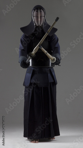 Papiers peints Retro Portrait of man kendo fighter with two bamboo swords in traditional uniform.