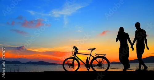 Fototapeta sylwetka rocznika rower i miłość para w wakacje na wschód czas