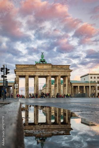 Das Brandenburger Tor in Berlin nach Regenfall bei Sonnenuntergang