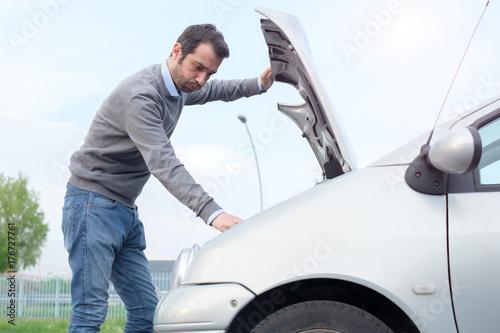 Zdjęcie XXL Problem awarii silnika samochodu i człowieka
