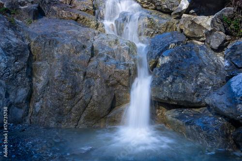Zdjęcie XXL Wodospad w kamienistym górskim potoku