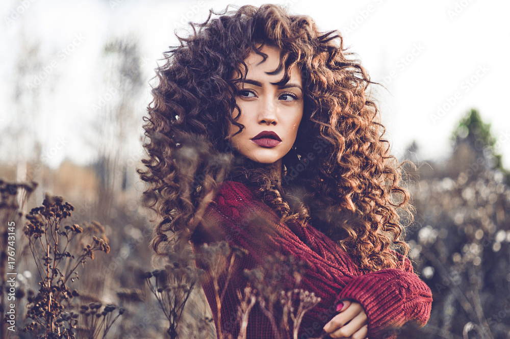 Fototapety, obrazy: Natural beautiful lady in autumn landscape