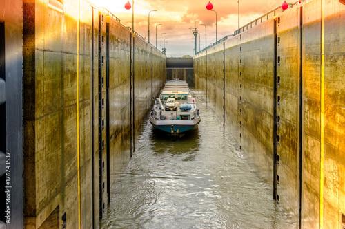 Schleuse mit Schiff -Weser -Mittellandkanal Fototapeta