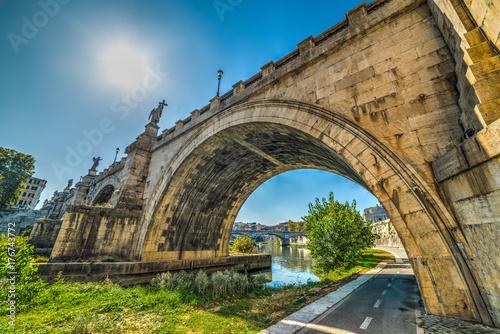 Zdjęcie XXL Sant'Angelo most nad rzeką Tyber widziany z dołu