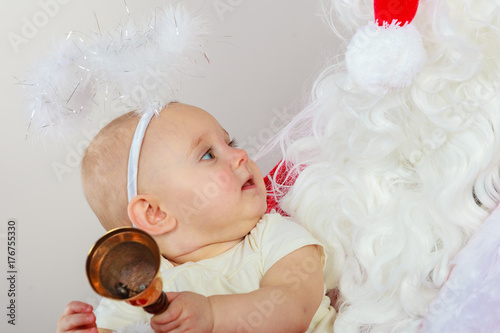 Photo Little baby in christmas clothes and aureole