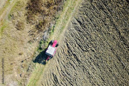 Zdjęcie XXL Widok z lotu ptaka czerwona Ciągnikowa bronowanie ziemia