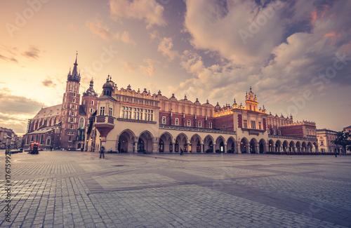 Fototapeta St Mary's church and cloth hall on Main Market Square in Krakow, colorful morning obraz