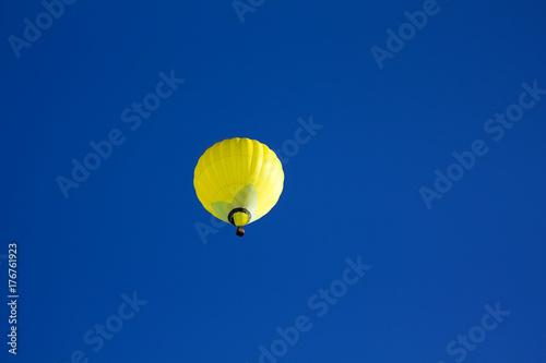 Fotomagnes Żółty gorącego powietrza ballon na niebieskim niebie.