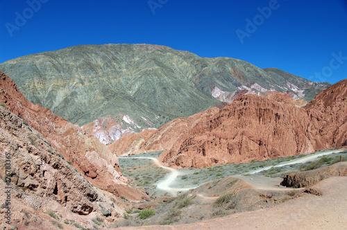 Papiers peints Saumon Sentier serpentant entre les montagnes colorées