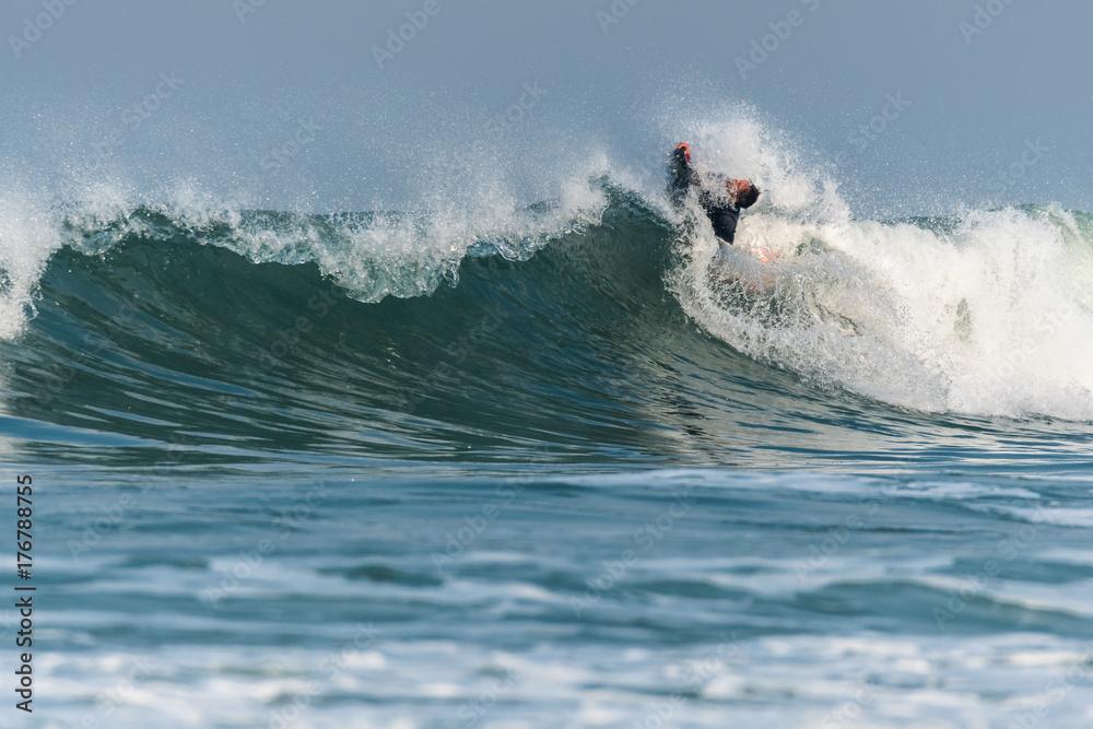 Fototapety, obrazy: Bodyboarder surfing ocean wave
