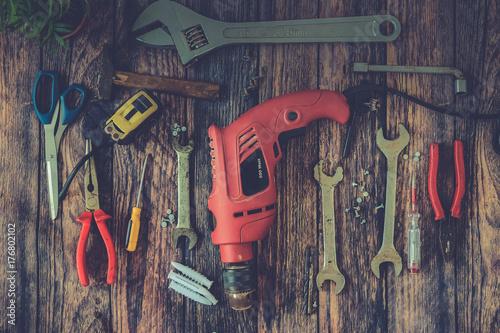 Plakat Narzędzia ręczne na tle drewna