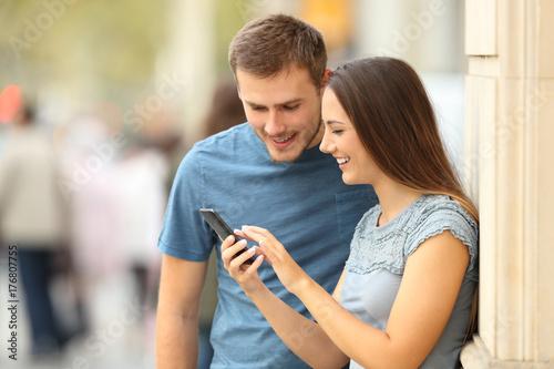 Zdjęcie XXL Para sprawdza zawartość w mądrze telefonie na ulicie